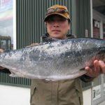 上家さんが釣った56.5cm3.0kgのサクラマス