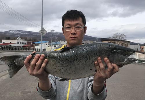 市川信吾さんが釣った63.5cm4.27kgです
