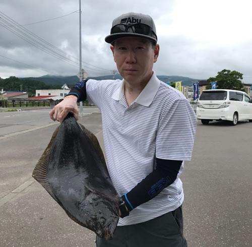 粕谷仁さんが余市港内でヒラメ72.5cm