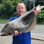 五十嵐努さんが釣った65cmのヒラメ