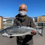 蝦名さんが釣った59.5cm,2.9kgです