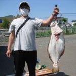 熊谷さんが釣った72cm,4.9kgのヒラメ