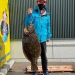 ヒラメの良型78cmを釣ったや矢録さん